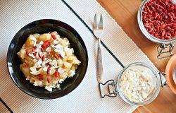 Śniadaniowa jaglanka z karmelizowaną gruszką