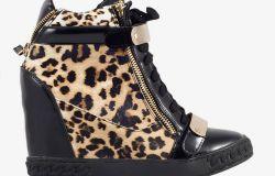 Sneakersy z ukrytą koturną