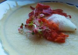Jajko na salsie pomidorowej z blinem pszennym