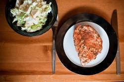 Nadziewany filet z kurczaka na parze z pyszną sałatką