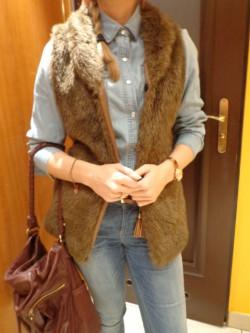 Jeansowa koszula i futrzak zakupy kosmetyczne