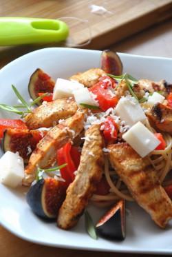 makaronowa sałatka z kurczaka w rozmarynie z figami i kozim serem