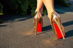 Złote buty z czerwoną podeszwą