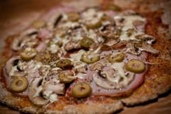 Pizza na chrupiącym orkiszowym spodzie