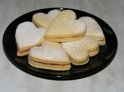 Przepyszne kruche ciasteczka przekładane marmoladą