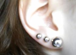 Kolczyk w uchu x3?