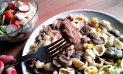 Kulki mięsne z pieczarkami i makaronem