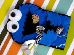 futerał ciasteczkowy potwór przytulający słuchawki