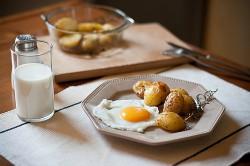 Pieczone ziemniaki z chrupiącą skórką i jajkiem sadzonym