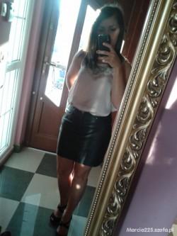Skórzana spódnica i luzna bluzka