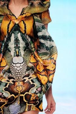 Koszulka inspirowana kolekcją ALEXANDRa MCQUEENa  Czy udana?