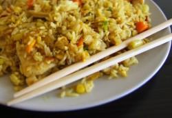 Smażony ryż z kurczakiem i warzywami