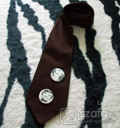 Pozostałe krawat z nowymi broszkami