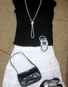Biała spódniczka folkowa w eleganckiej roli
