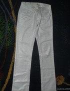 białe świecące spodnie...