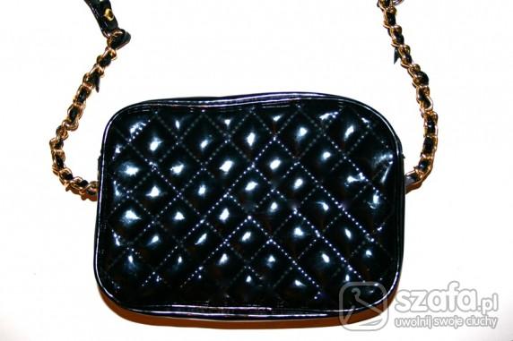 658989901c837 jak Chanel pikowana mała czarna lakierowana w Torebki na co dzień ...