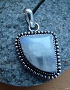 srebrny wisior z kamieniem księzycowym
