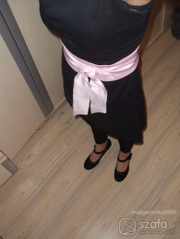 Eleganckie mała czarna z różem