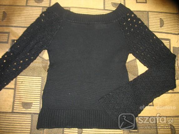 Swetry czarny sweterek w łódkę z rękawami w dziurki