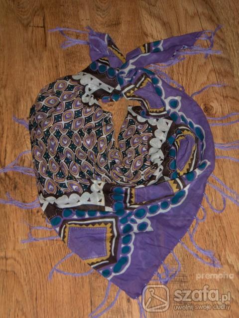 Chusty i apaszki świetna chustka w najmodniejzym kolorze