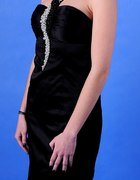 czarna sukienka z perłami