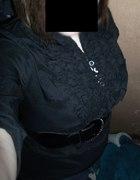 Czarna koszula z żabotem