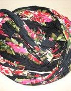 Czarna apaszka w kolorowe kwiaty...