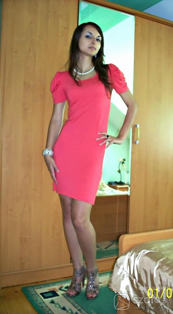 Mój styl koralowa sukienka bufki
