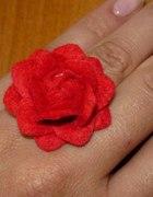 filcowy czerwony kwiat