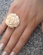 Pierścionek róża Accessorize...