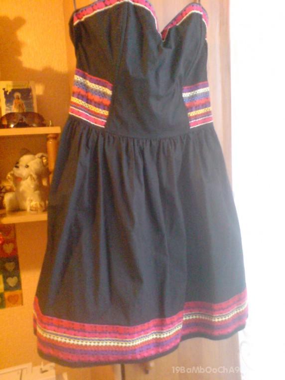 Sukienka H and M z kolorowym haftem