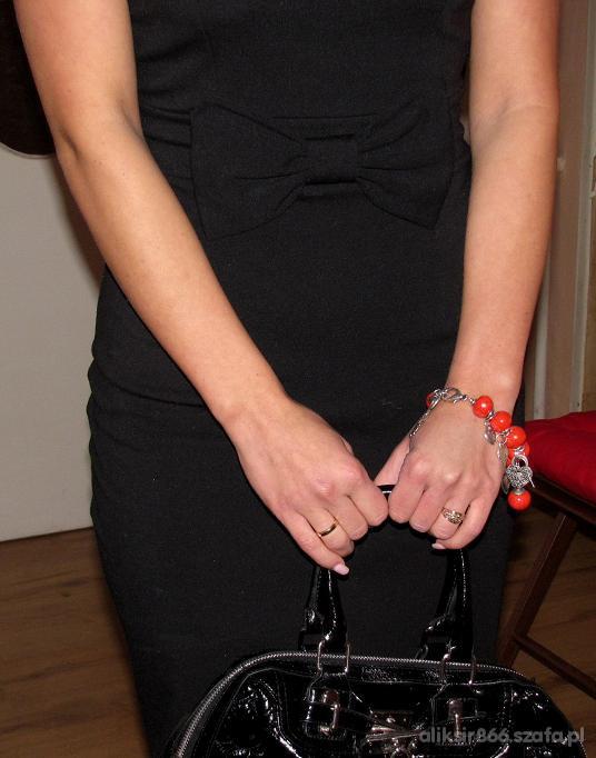 Mój styl mała czarna z kokardą plus czewona biżuteria