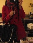 cerwony płaszczyk czarna torebka...