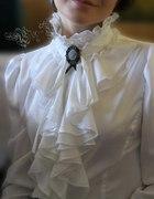 Retro bluzka z żabotem i broszka z kameą...