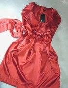 HIT MODY Czerwona sukienka z falbaniastym dekoltem