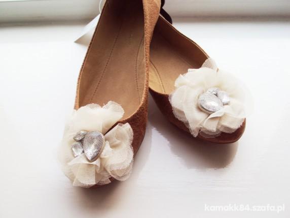 Karmelowe balerinki z kremową subtelną różą Atmo...