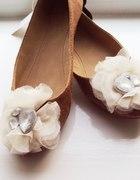Karmelowe balerinki z kremową subtelną różą Atmo