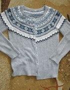 Popielaty sweter z motywem indiańskim