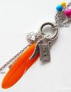 Długi naszyjnik piórko i zawieszki soczyste kolory