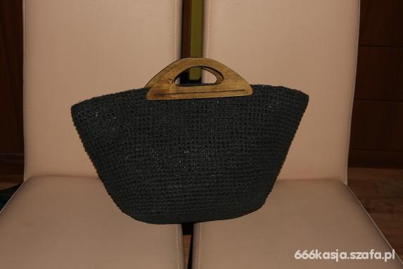 koszyk pleciony z drewnianą rączką
