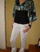 bluzka i białe spodnie
