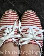 płaskie butki w marynarkie paseczki