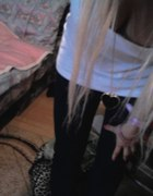 biała bluzka czarne legginsy i naszyjnik