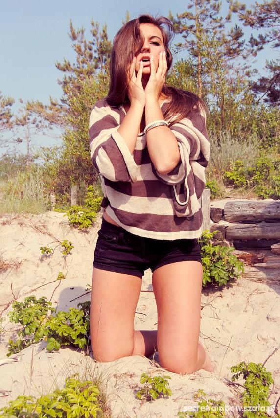 Mój styl krótkie czarne spodenki sweterek w paski