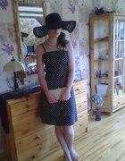 czarna sukienka w biale groszki Amisu