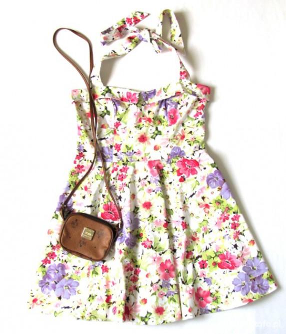 Sukienka w kwiaty Gina Tricot...