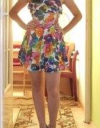 Kolorowa sukienka z falbanką...