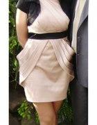 Beżowa sukienka z zakładkami M