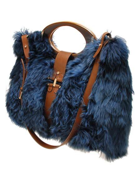 futrzana torebka w kolorze niebieskim