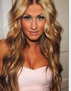 fryzura loki blond